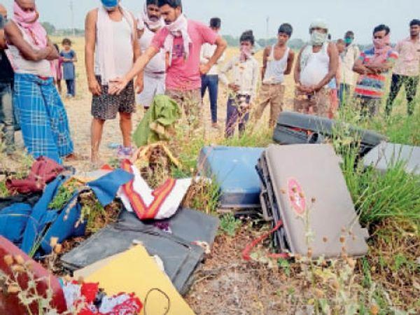 असवारी गांव में चोरी की घटना के बाद बिखरा सामान। - Dainik Bhaskar