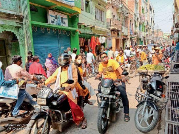 कोरोना पर भारी भीड़, लापरवाही की हद - Dainik Bhaskar