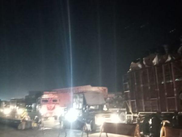 पुरानी छावनी स्थित निरावली तिराहे पर जांच के दौरान तितर-बितर खड़े वाहन। - Dainik Bhaskar