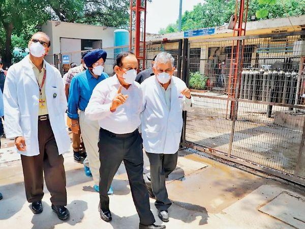 डॉ. हर्ष वर्धन ने अंत में डीआरडीओ द्वारा स्थापित ऑक्सीजन उत्पादन संयंत्र का निरीक्षण किया। - Dainik Bhaskar