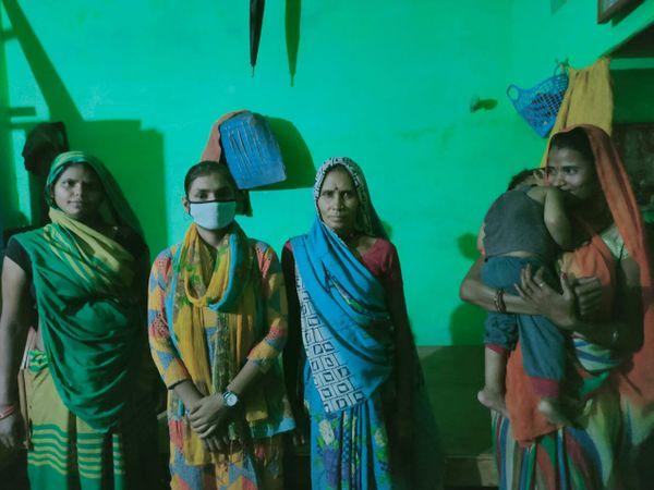 घुवारा  खाद्यान्न में कटौती होने से परेशान महिला उपभोक्ता। - Dainik Bhaskar