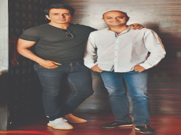 कोरोना संकट में किसी भी व्यक्ति की मदद से पीछे नहीं हटे फिल्म अभिनेता सोनू सूद और व्यवसायी करण गिल्होत्रा। - Dainik Bhaskar