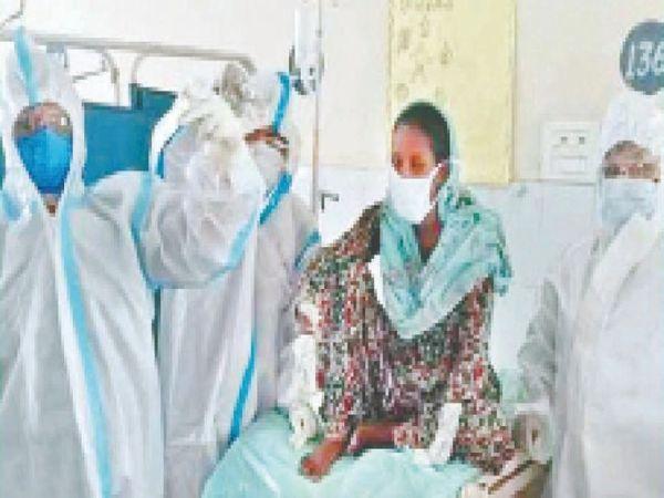 मोगा सिविल अस्पताल के जच्चा-बच्चा वार्ड में कोरोना संक्रमित महिला की डिलीवरी से पहले की जा रही तैयारी। (फाइल फोटो) - Dainik Bhaskar