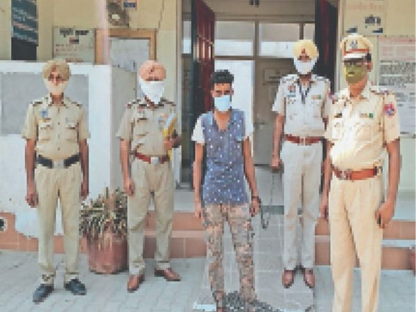 शरणजीत कौर का पति जगजीत सिंह उर्फ जग्गी पुलिस के साथ। - Dainik Bhaskar