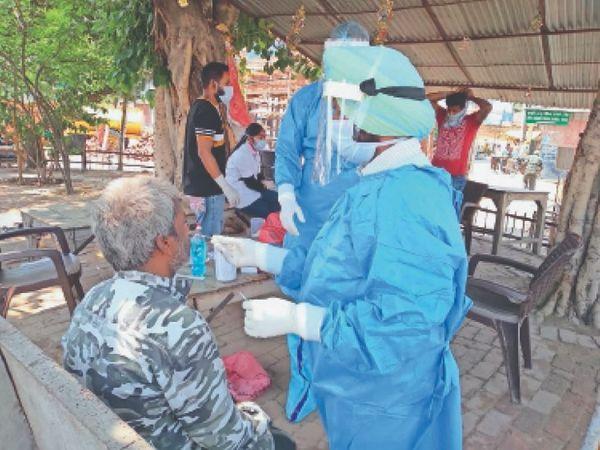 पटियाला में कोविड सैंपल लेती सेहत विभाग की टीम। - Dainik Bhaskar