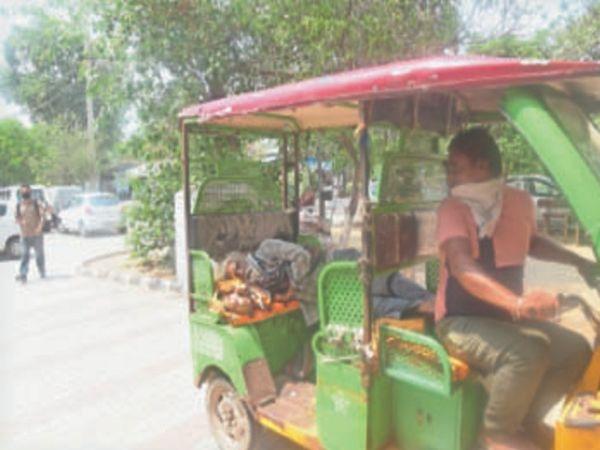 परिजन ई रिक्शा में लेकर सिविल अस्पताल पहुंचे, लेकिन बेड न होने की वजह से उनको लौटा दिया गया। - Dainik Bhaskar