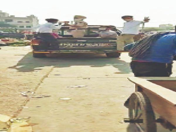 मंडी से रेहड़ी फड़ी वालों को पुलिस उठाकर ले जाती हुई। - Dainik Bhaskar