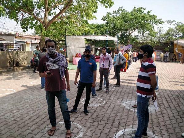 यह फोटो रायपुर में सांस्कृतिक भवन चंगोराभाठा में बनाए गए वैक्सीनेशन सेंटर की है। जहां सुबह से ही लोगों की लाइन लगी है।