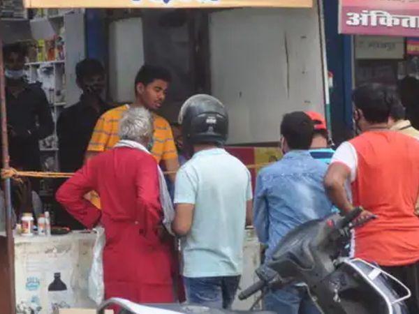 गोरखपुर के कैंपियरगंज में अभी भी दुकानों पर लोग बगैर सोशल डिस्टेंसिंग के दिख रहे।