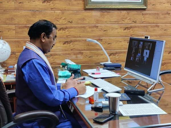 प्रयागराज और कौशांबी के जनप्रतिनिधियों के साथ वर्चुअली बैठक करते डिप्टी सीएम केशव प्रसाद मौर्य। - Dainik Bhaskar