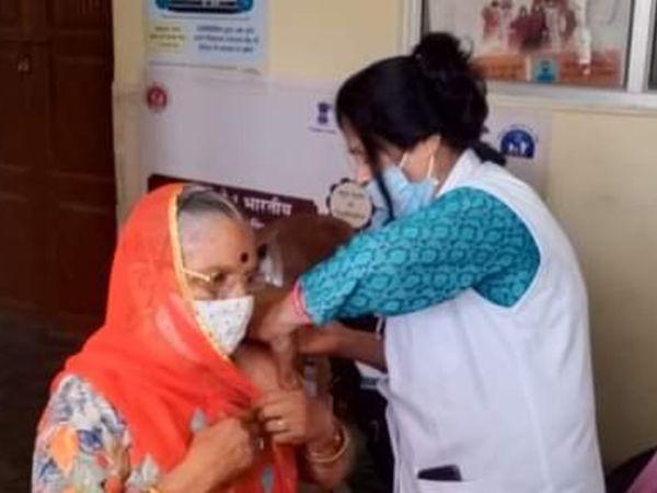 एक कंद्र पर कोरोना की वैक्सीन लगाते हुए। - Dainik Bhaskar