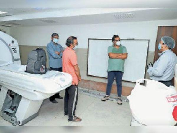 सीटी स्कैन मशीन इंस्टालेशन का जायजा लेते कलेक्टर भीम सिंह। - Dainik Bhaskar