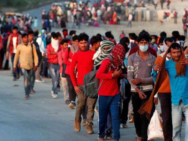मल्लिकार्जुन खड़गे ने पत्र में लिखा है कि सरकार को प्रवासी मजदूरों को राहत देने की कोशिश करनी चाहिए। - Dainik Bhaskar