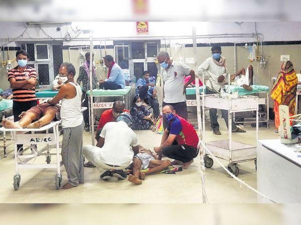 एमजीएच इमरजेंसी में हालात यह है कि मरीजों को बेड नहीं मिलने पर जमीन पर लिटाकर इलाज किया जा रहा है। - Dainik Bhaskar