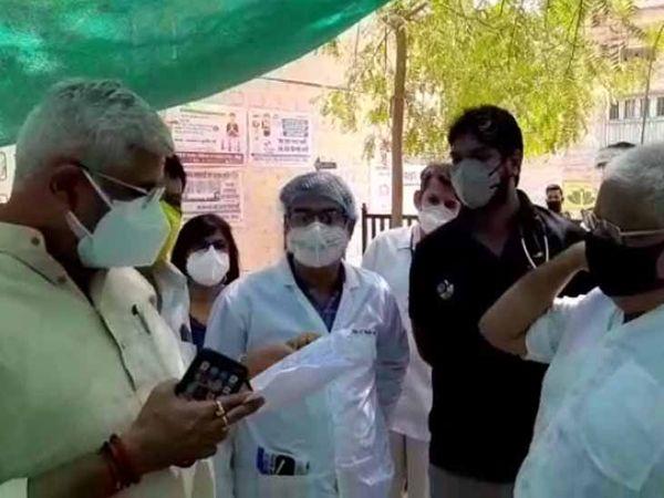 केन्द्रीय मंत्री गजेन्द्र सिंह शेखावत ने रविवार को फलोदी अस्पताल का दौरा कर कोरोना मरीजों के इलाज की जानकारी ली। फोटो- ताराचंद नागर - Dainik Bhaskar