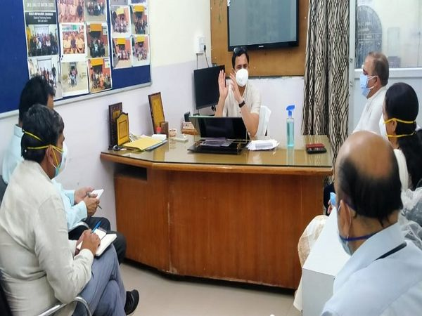 डीसी यशपाल यादव ने बीके अस्पताल में स्वास्थ्य अधिकारियों के साथ बैठक की। - Dainik Bhaskar