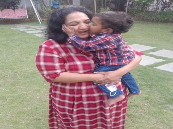 श्रीजना गुम्मला ग्रेटर वाइजैग की म्यूनिसिपल कमिश्नर हैं। फिलहाल वे कोविड पॉजिटिव हैं। वे कहती हैं कि मां के तौर पर बेटे से अलग रहना भावनात्मक तौर पर बहुत मुश्किल होता है।
