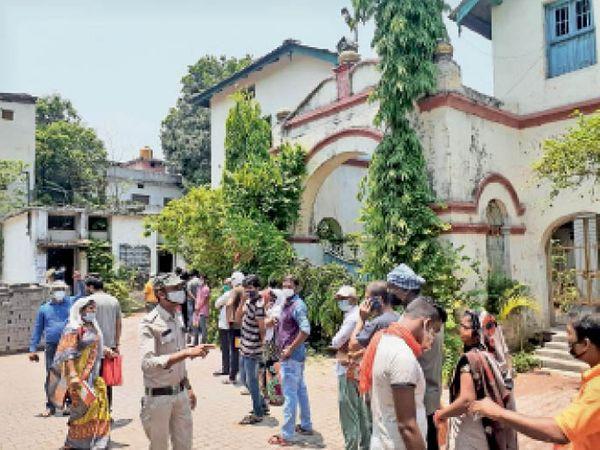 पुत्रीशाला में बीपीएल कैटेगरी के लोगों की सुबह से लगी भीड़। - Dainik Bhaskar