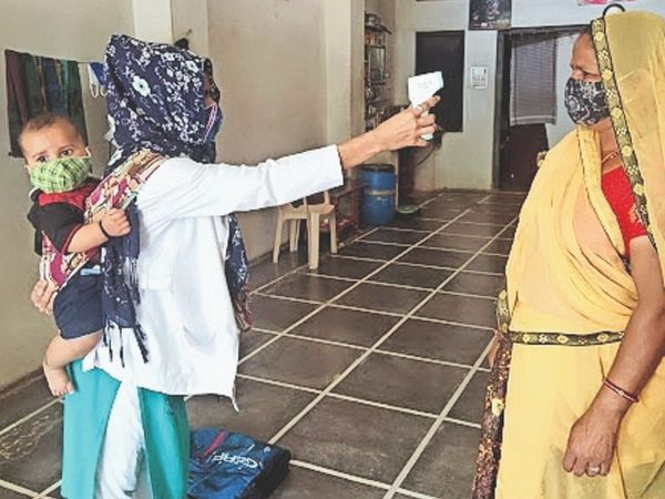 मांडल ब्लाॅक में भीमड़ियास के उप स्वास्थ्य केंद्र में नियुक्त एएनएम सुमन तंवर पर मां और नाैकरी की दाेहरी जिम्मेदारी है। - Dainik Bhaskar