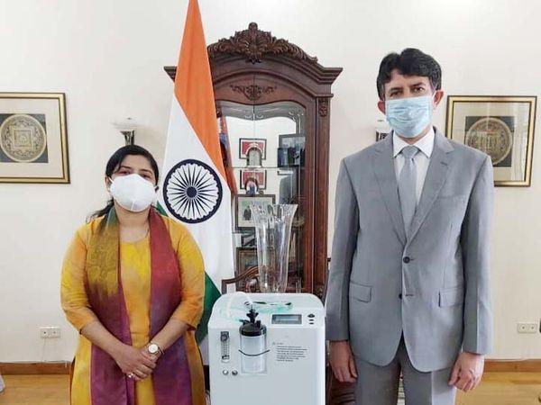 रूस स्थित एंबेसी से भारत रवाना होने से पहले कंसन्ट्रेटर के साथ राजदूत। - Dainik Bhaskar