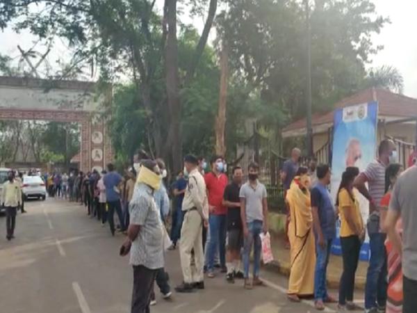 जहां तक नजर आ रही है लोगों की भीड़ दिख रही है। तस्वीर रायपुर के वैक्सीनेशन सेंटर की।