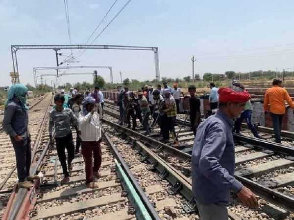 ट्रेक पर काम करते हुए रेल कर्मचारी(फाइल फोटो) - Dainik Bhaskar