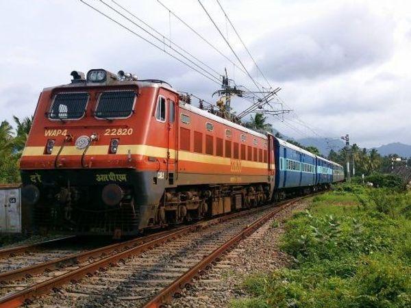 भोपाल होकर पुणे, मुंबई और गोरखपुर के बीच विशेष ट्रेन चलेगी। - प्रतीकात्मक फोटो - Dainik Bhaskar