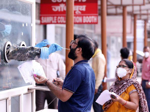 यह फोटो उत्तर प्रदेश की राजधानी लखनऊ की है। यह डॉ. राम मनोहर लोहिया हॉस्पिटल में कोरोना की जांच के लिए सैंपल कलेक्ट करता हेल्थकेयर वर्कर। - Dainik Bhaskar