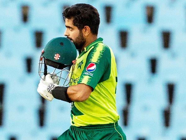 साउथ अफ्रीका के खिलाफ अप्रैल में टी-20 में शतक लगाने के बाद बाबर आजम।