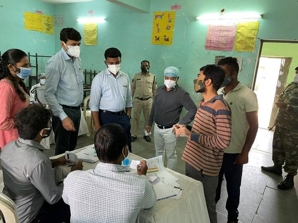 कलेक्टर डॉ।  एस भारतीदासन टीकाकरण कर रहे कर्मचारियों के साथ टीका लगवाने आए लोगों से भी बातचीत करते नजर आए।