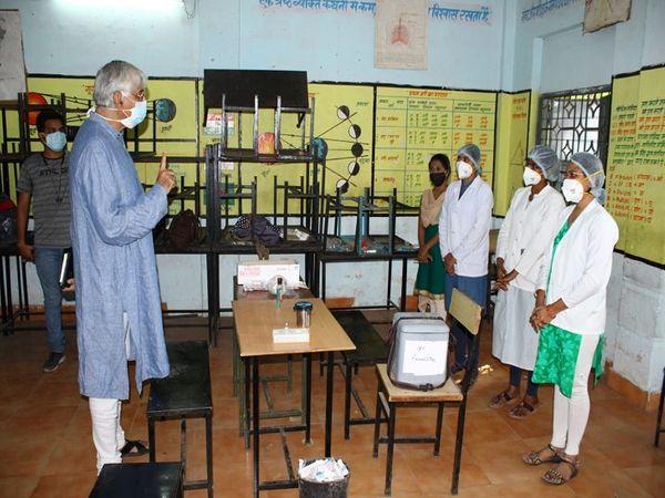 BTI स्थित टीकाकरण केंद्र पर स्वास्थ्य मंत्री ने नर्सों और अन्य कर्मचारियों से बात कर उनकी समस्याओं को भी दूर किया।