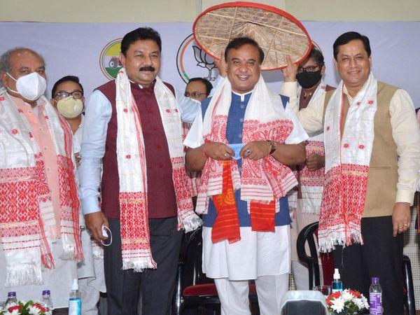 हिमंत बिस्वा सरमा को रविवार को सर्वसम्मति से भाजपा और NDA विधायक दल का नेता चुना गया था। - Dainik Bhaskar