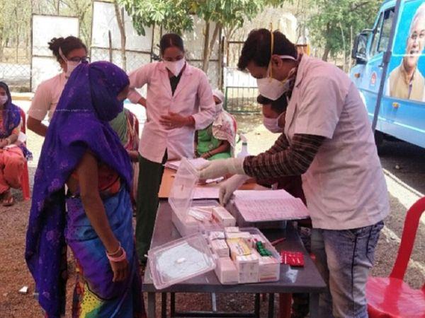 ग्रामीण क्षेत्र की प्रेग्नेंट महिलाओं और अन्य गांव के लोगो तक इलाज पहुंचाया जा रहा है।