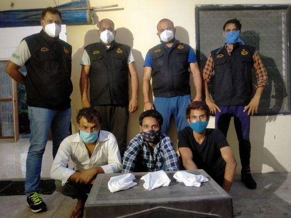 पुलिस हिरासत में तीनों आरोपी। इससे पहले भी लूटपाट, लड़ाई-झगडा, चोरी व अवैध हथियार के मामलों में ये जेल की हवा खा चुके हैं। - Dainik Bhaskar