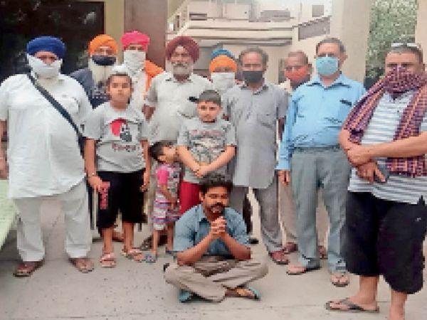 गांव रंधावा मसंदां में ठगी करने वाले आरोपी अजीत के बारे में जानकारी देते हुए गांववासी जुगल किशोर, कर्मजीत सिंह, सोढी माही व अन्य। - Dainik Bhaskar