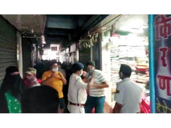 पानीपत. इंसार बाजार में दुकान का शटर बंद करके सामान बेचते हुए पकड़े जाने के बाद दुकानदार को थप्पड़ मारता पुलिस कर्मी। - Dainik Bhaskar