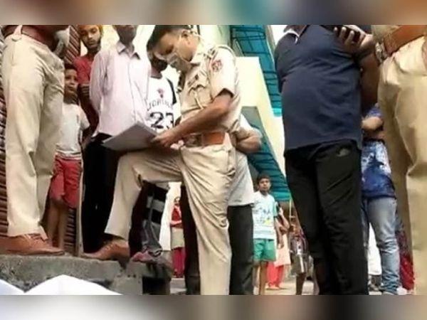 सूचना के बाद मौके पर पहुंचकर कागजी कार्रवाई में लगे पुलिस अधिकारी।