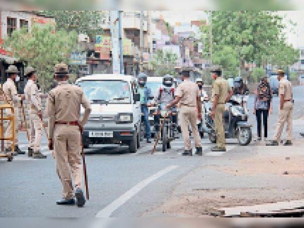 कोटा शहर के केशवपुरा चौराहे पर लोगों से पूछताछ करती पुलिस। - Dainik Bhaskar