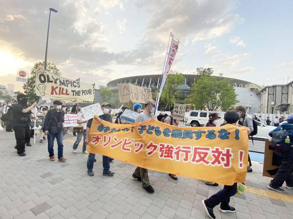 जापान में रविवार को लोगों ने ओलिंपिक नहीं कराने को लेकर रैली भी निकाली।