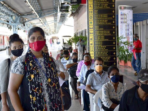 मुंबई के CSTM स्टेशन के अंदर भी वैक्सीनेशन सेंटर शुरू किया गया है। यहां भी लोगों की लंबी कतार देखने को मिल रही है।