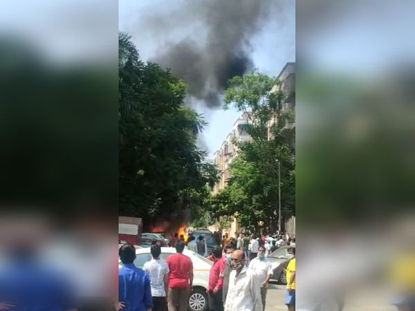आग लगने की इस घटना के बाद आसपास के इलाके में भारी भीड़ जमा हो गई।
