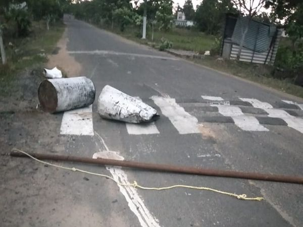 इस तरह से बैरीकेडिंग को तोड़कर ड्राइवर भागा जा रहा था, तस्वीर सुकमा जिले की।