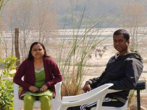 पत्नी बुलबुल के साथ सुरजीत दास।