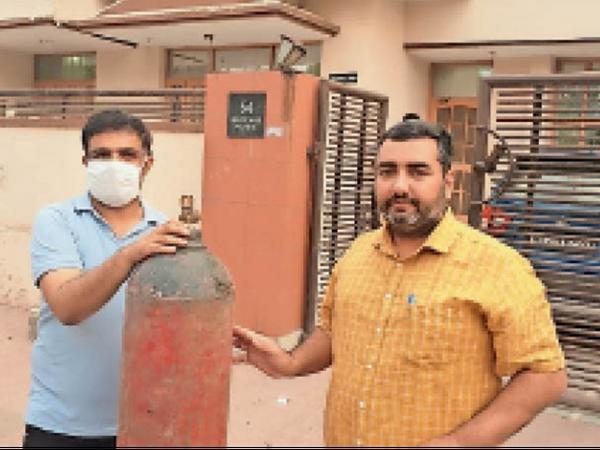 डाेर टू डाेर ऑक्सीजन गैस सिलेंडर की सप्लाई देते हुए टीम। - Dainik Bhaskar