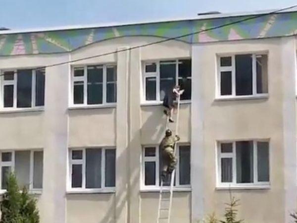 Khaskhabar/रूस के काजान शहर में हमलावरों ने मंगलवार को एक स्कूल में घुसकर फायरिंग कर दी। इस हमले में अब तक 13 लोगों की मौत हो चुकी है। मरने वालों में 8 बच्चे और एक टीचर बताया जा रहा है। इमरजेंसी