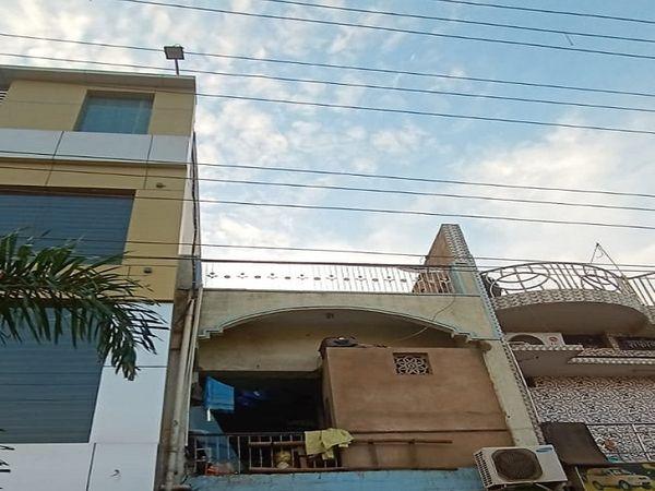 इसी छत पर बच्चा तार की चपेट में आ गया था।  रायपुर रायपुर।
