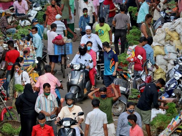 संक्रमण के बढ़ते खतरे के बीच मुंबई की दादर सब्जीमंडी में सोमवार को भारी भीड़ देखने को मिली।