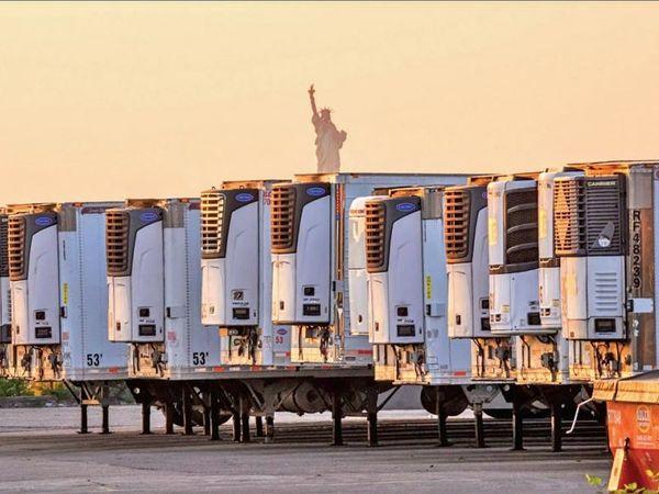 न्यूयॉर्क में इस तरह रेफ्रिजरेटर ट्रक में शव रखे हुए हैं। स्थानीय प्रशासन ने इनके और बढ़ने की आशंका जताई है। - Money Bhaskar