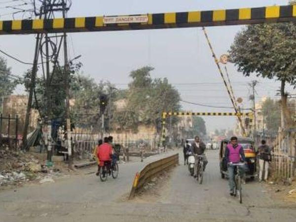 टांडा रोड फाटक, जिसके बंद होने से लोगों को परेशानी होती है। - Dainik Bhaskar