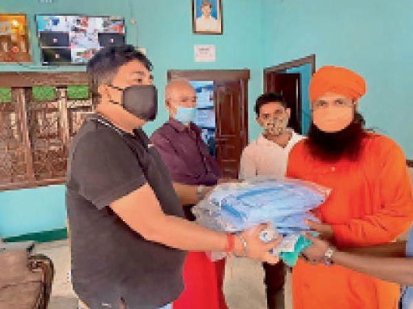 मेडिकल किट सौंपते हिंदराइज एनजीओ के संस्थापक नरेंद्र कुमार। - Dainik Bhaskar